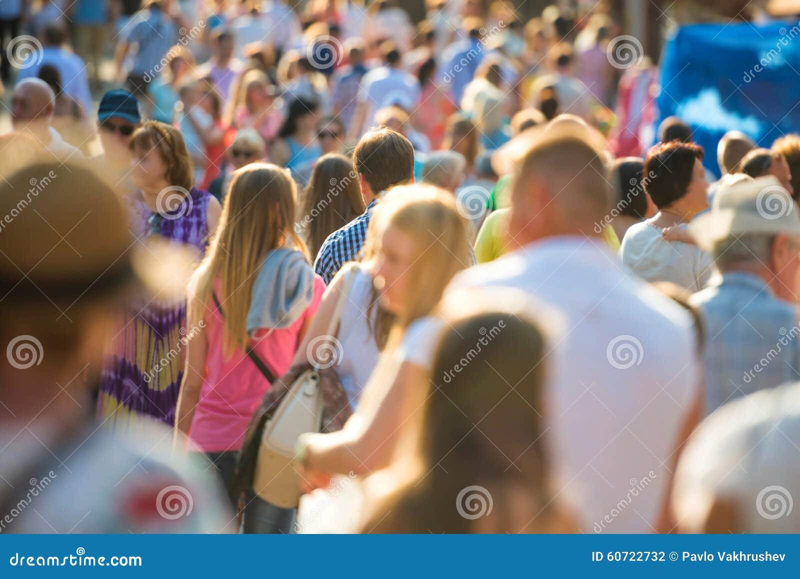 Leute, die auf die Stadtstraße gehen