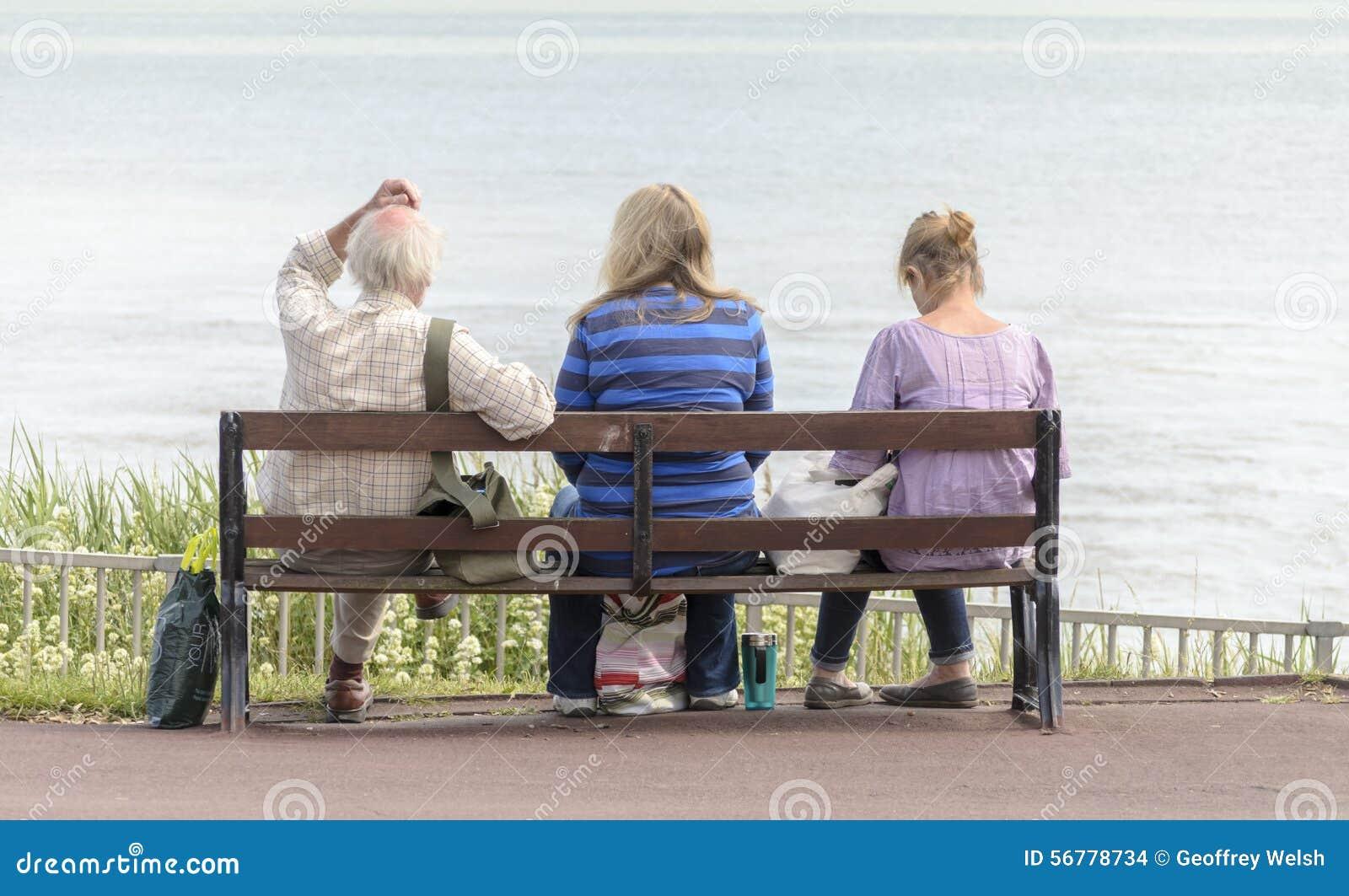 leute die auf einer bank sitzen redaktionelles stockbild bild von schuhe k ste 56778734. Black Bedroom Furniture Sets. Home Design Ideas