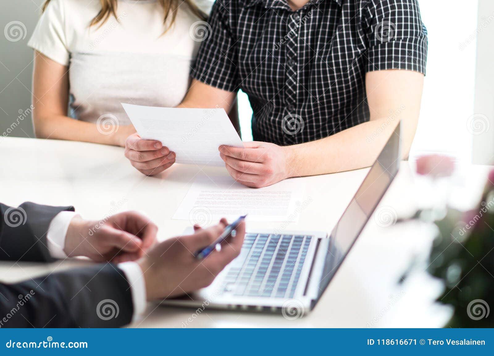 Leute, die das Treffen über Hypothek, Darlehen von Kreditinstituten, kaufendes Haus haben