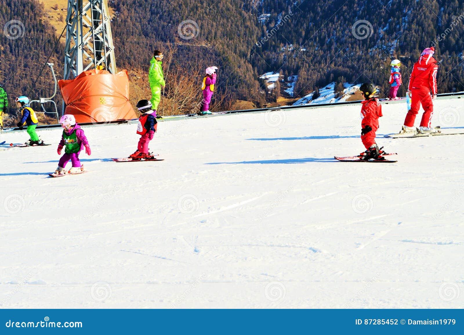 Leute, die in den Schweizer Alpen Ski fahren