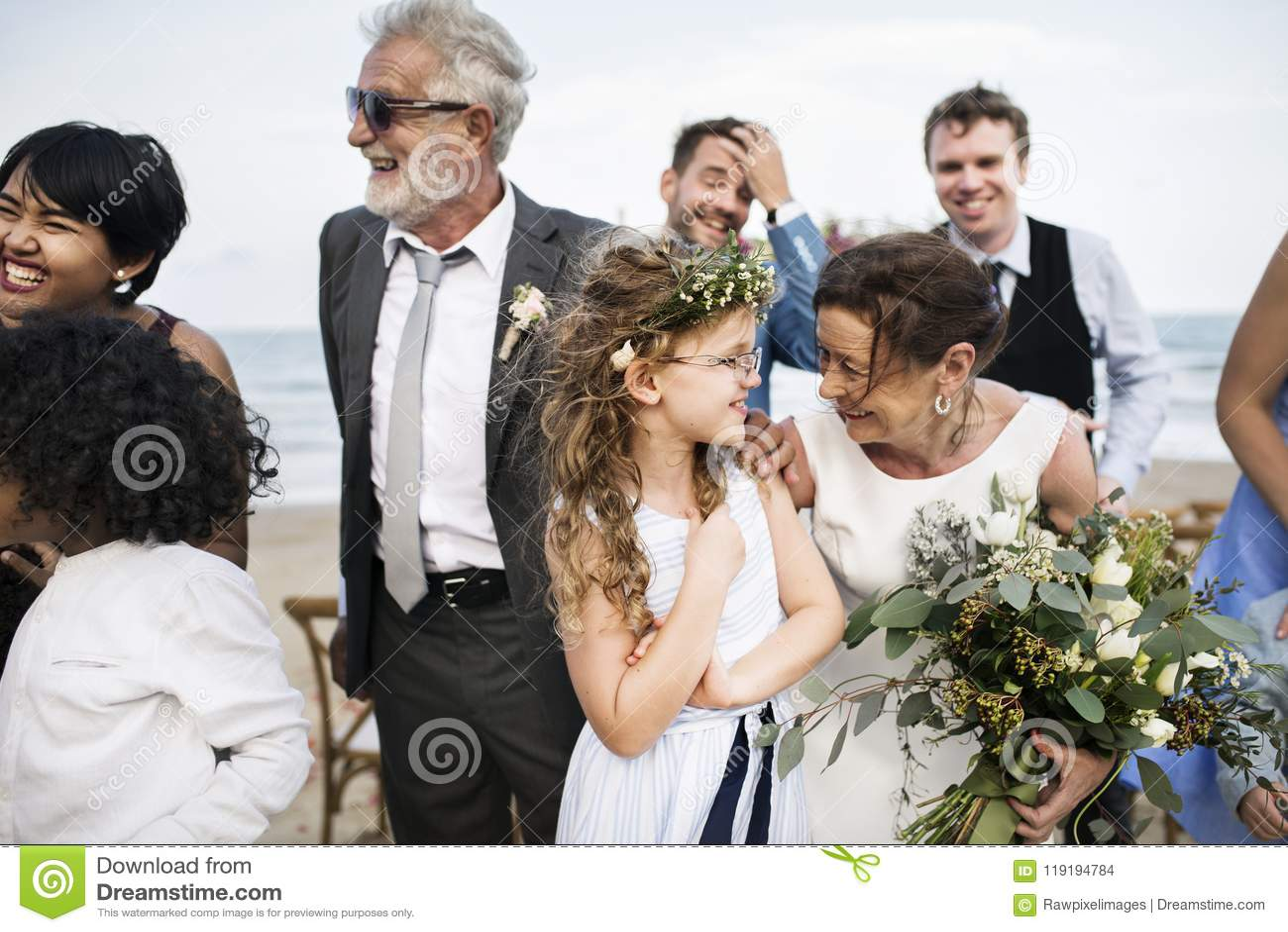 Leute, die an einer Strandhochzeitszeremonie teilnehmen