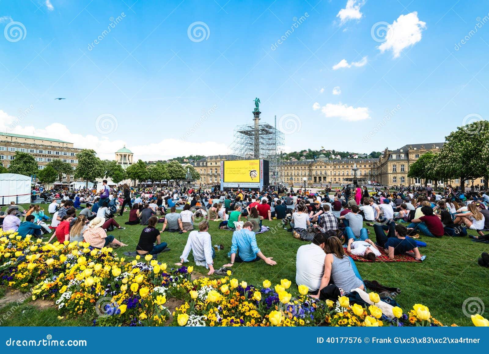 Leute, die Freilichtkino im Stadtzentrum von Stuttgart (Deutschland, genießen)