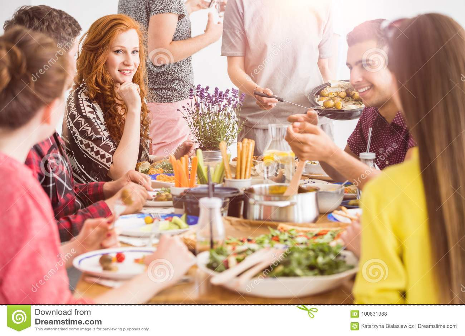 Leute, die gesunde organische Teller essen