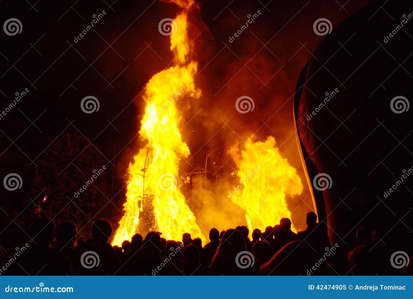 Leute, die großes Feuer aufpassen