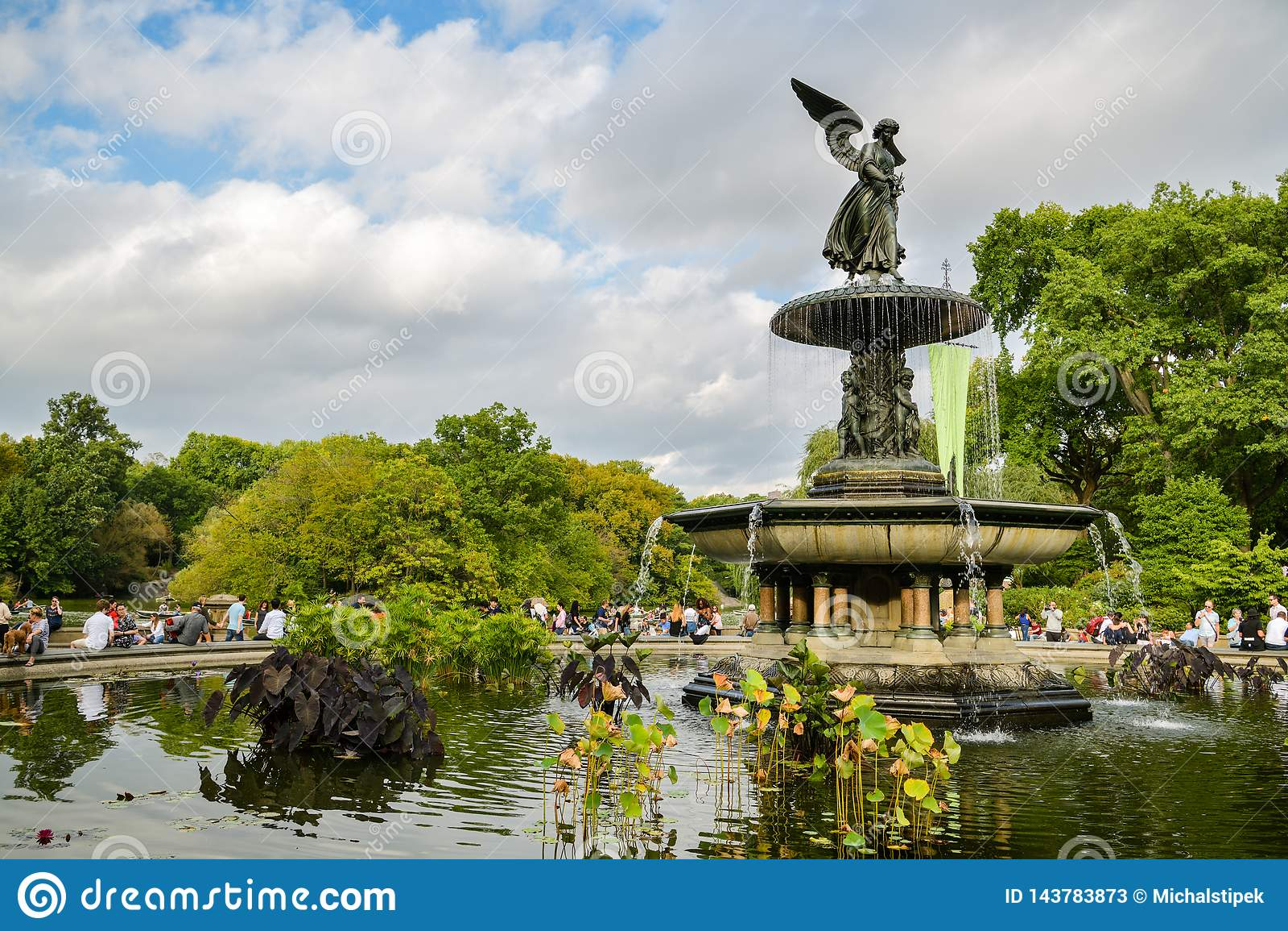 Leute, die ihre Zeit nahe bei Bethesda Fountain im Central Park, New York City genießen