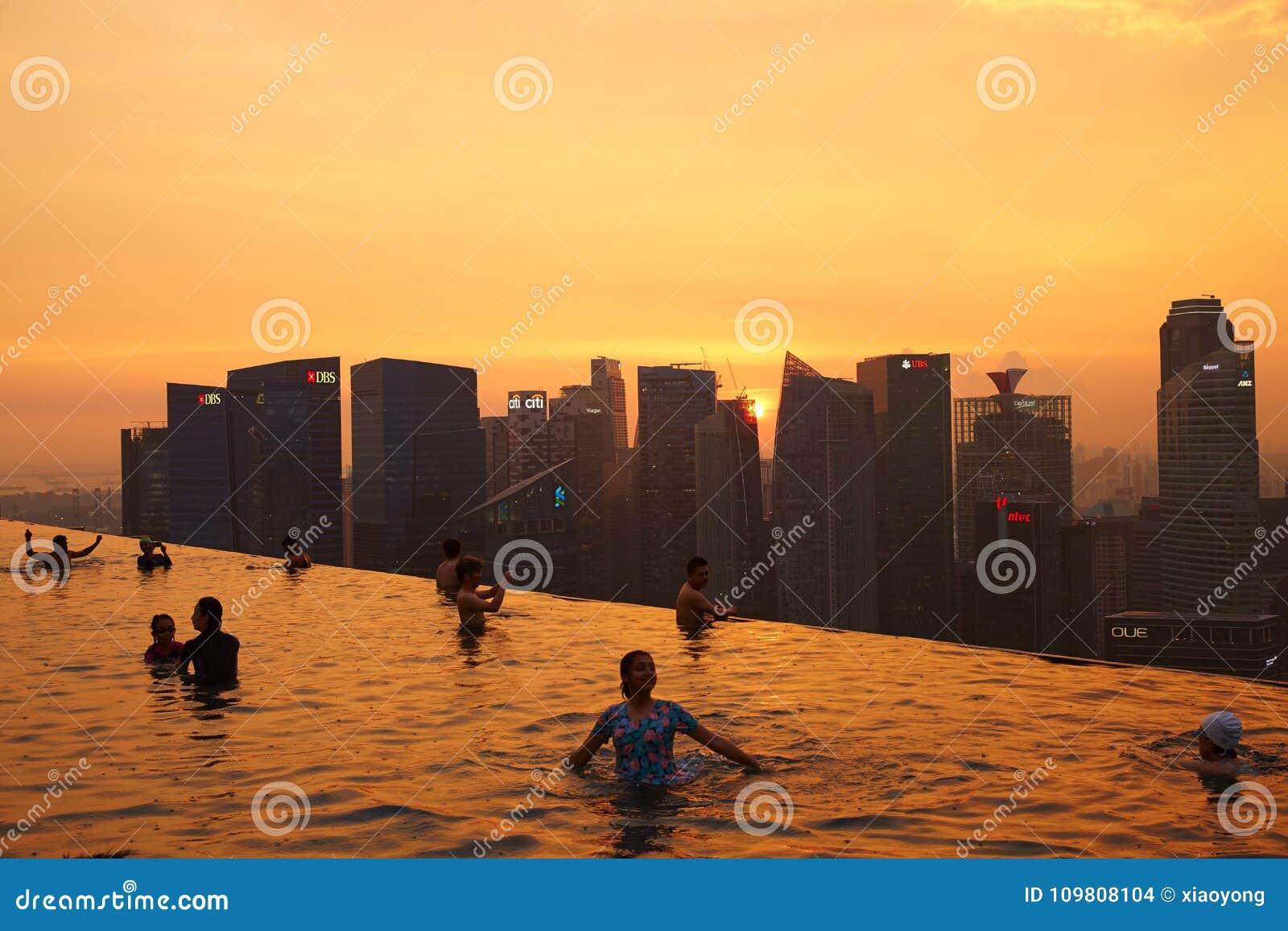 Leute, die im Himmel-Pool von Marina Bay Sands schwimmen