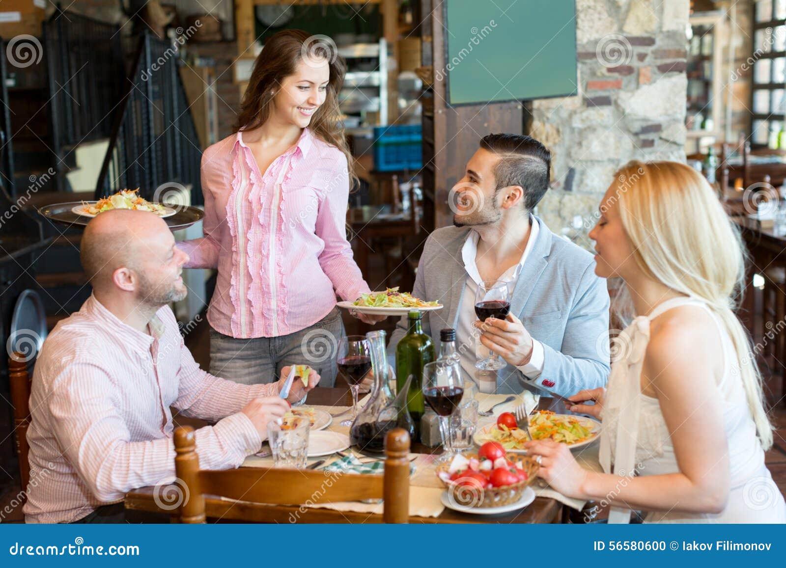 Leute, die ländliches Restaurant des Abendessens haben