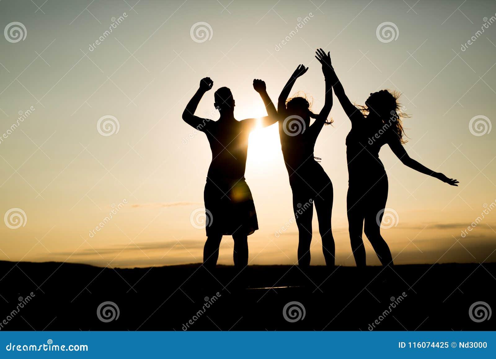 Leute, die in Sommer tanzen