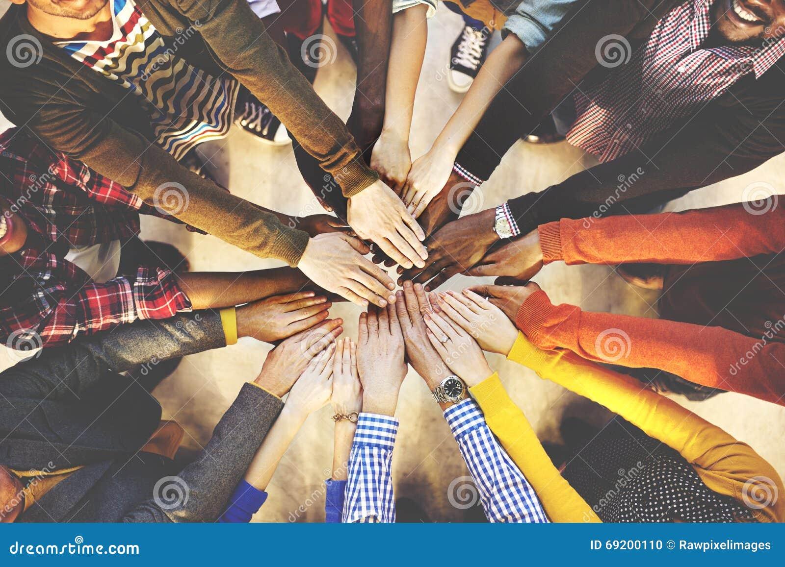Leute, die unten multiethnisches Gruppen-Einheits-Freundschafts-Konzept liegen