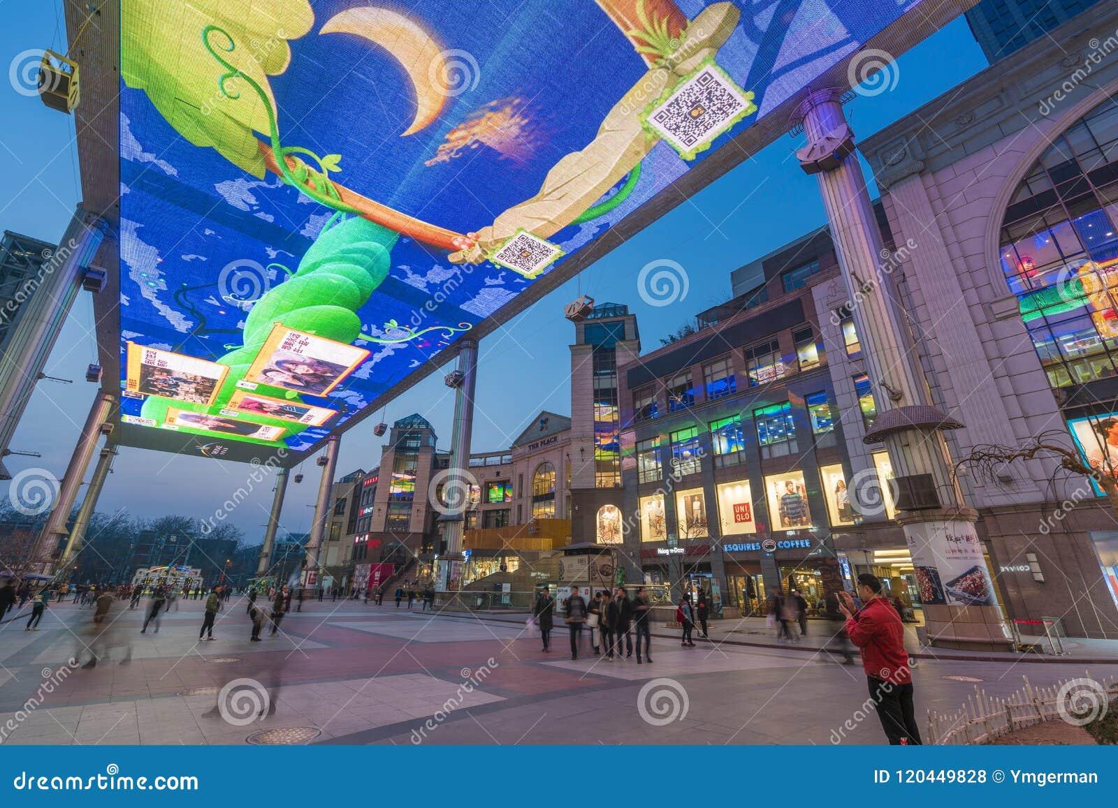 Leute an einem Einkaufszentrum in Peking