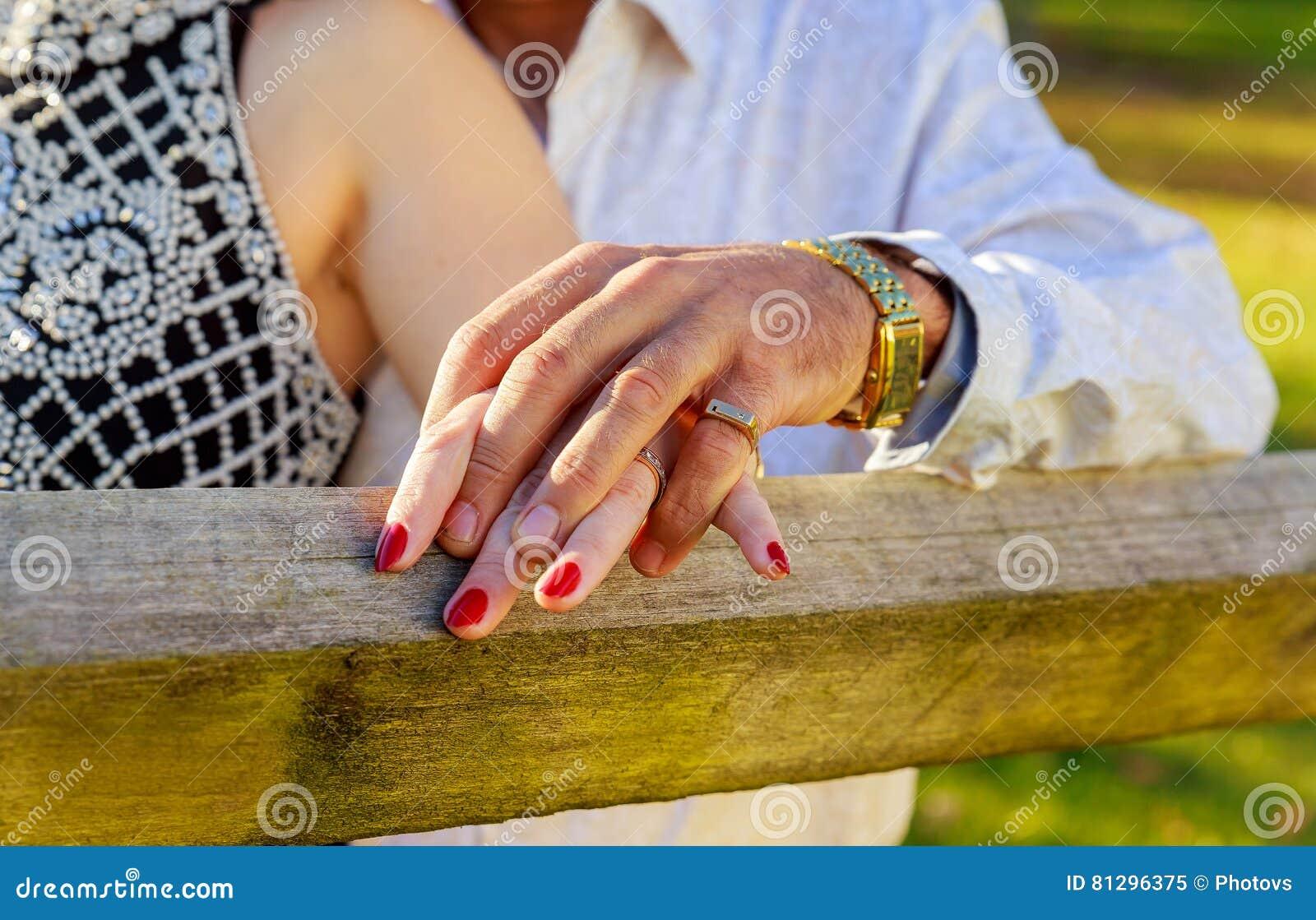 Leute-, Feiertags-, Verpflichtungs- und Liebeskonzept mit Diamantring