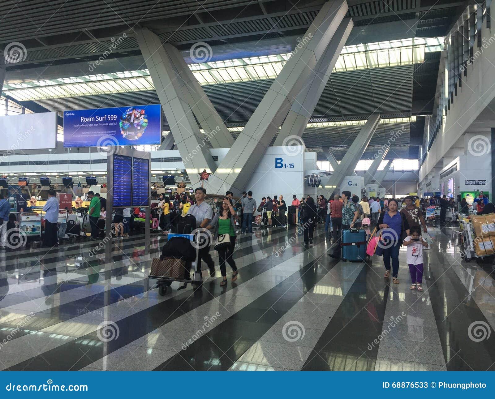 Leute am Flughafen in Manila, Philippinen
