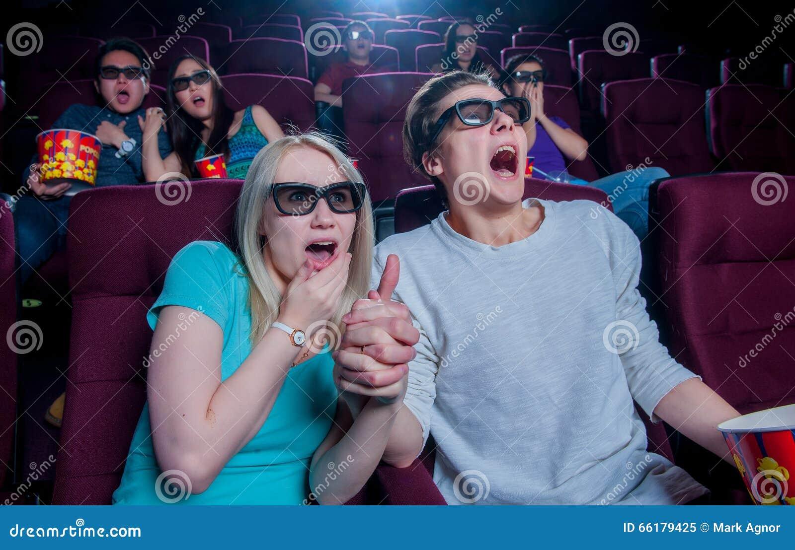Leute im Kino, das Gläser 3d trägt