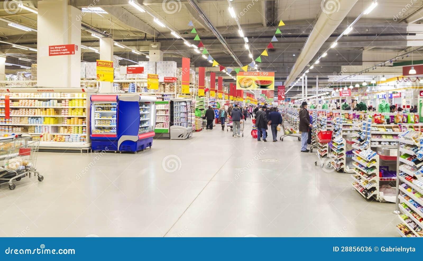 Leute innerhalb des Grossmarktes
