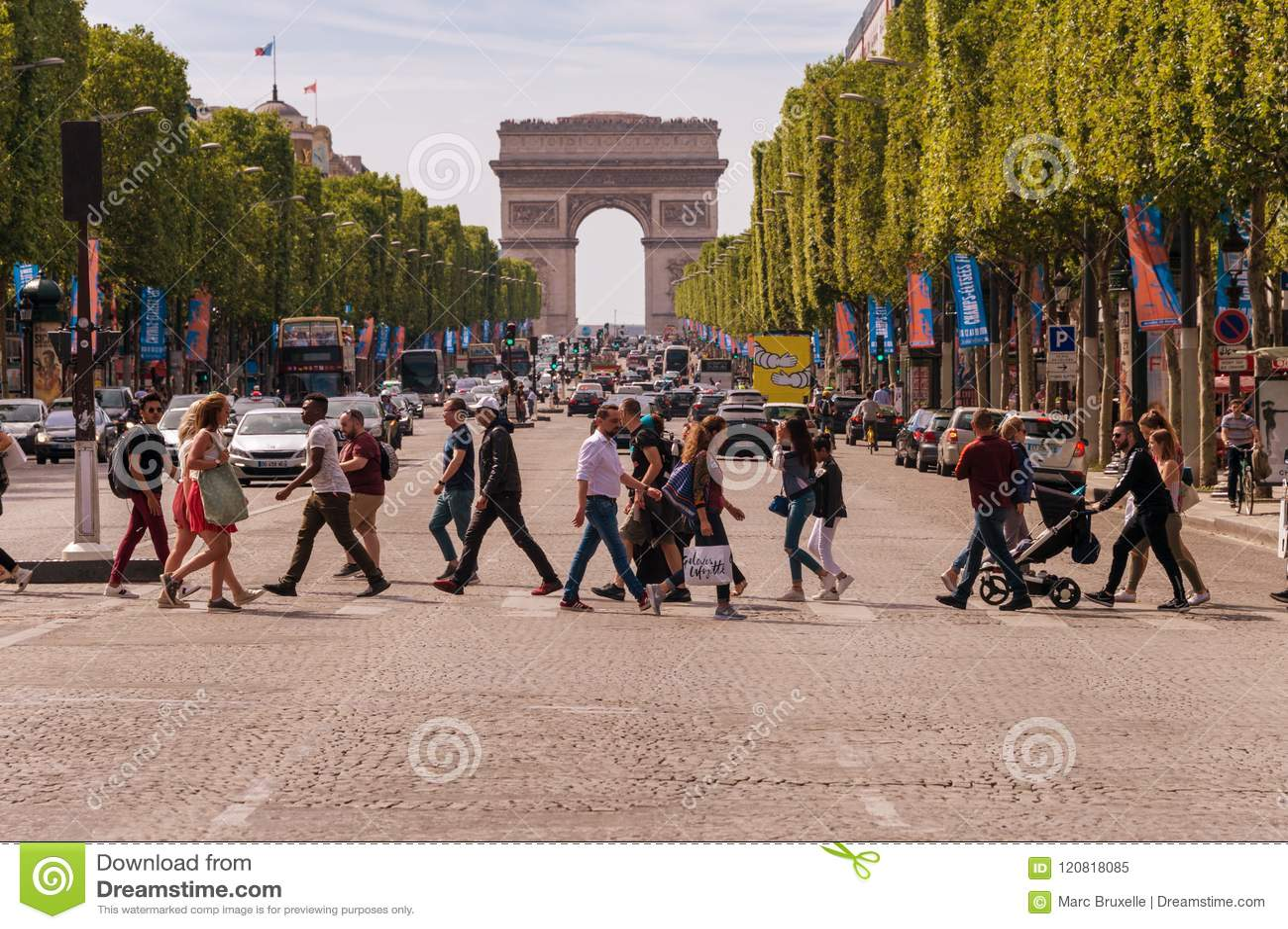 Leute-Kreuzungsalleen-DES Champs-Elysees in Paris
