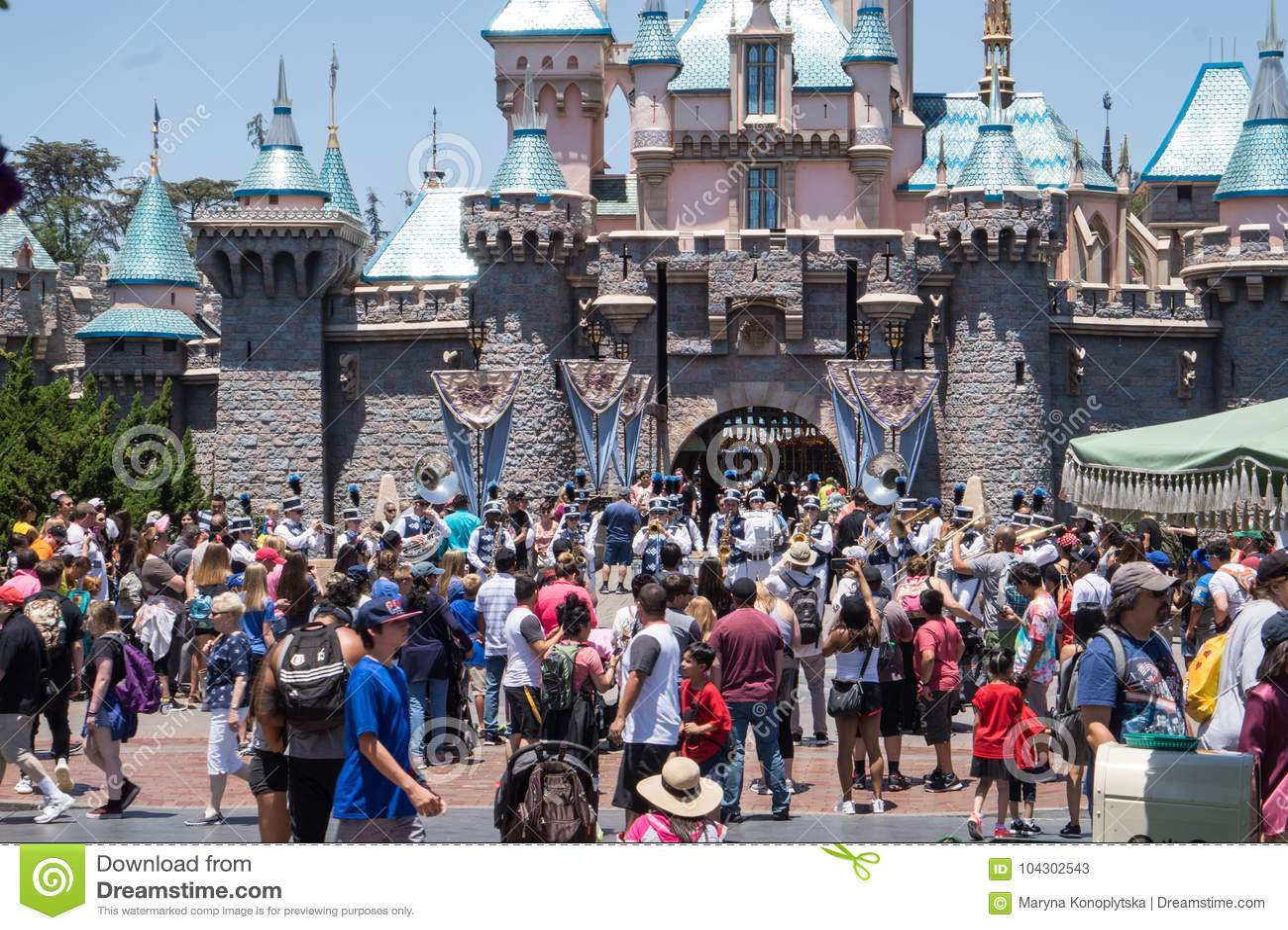 Leute mit Kindern auf einem Weg in Disneyland parken Glückliches Wochenende in Anaheim
