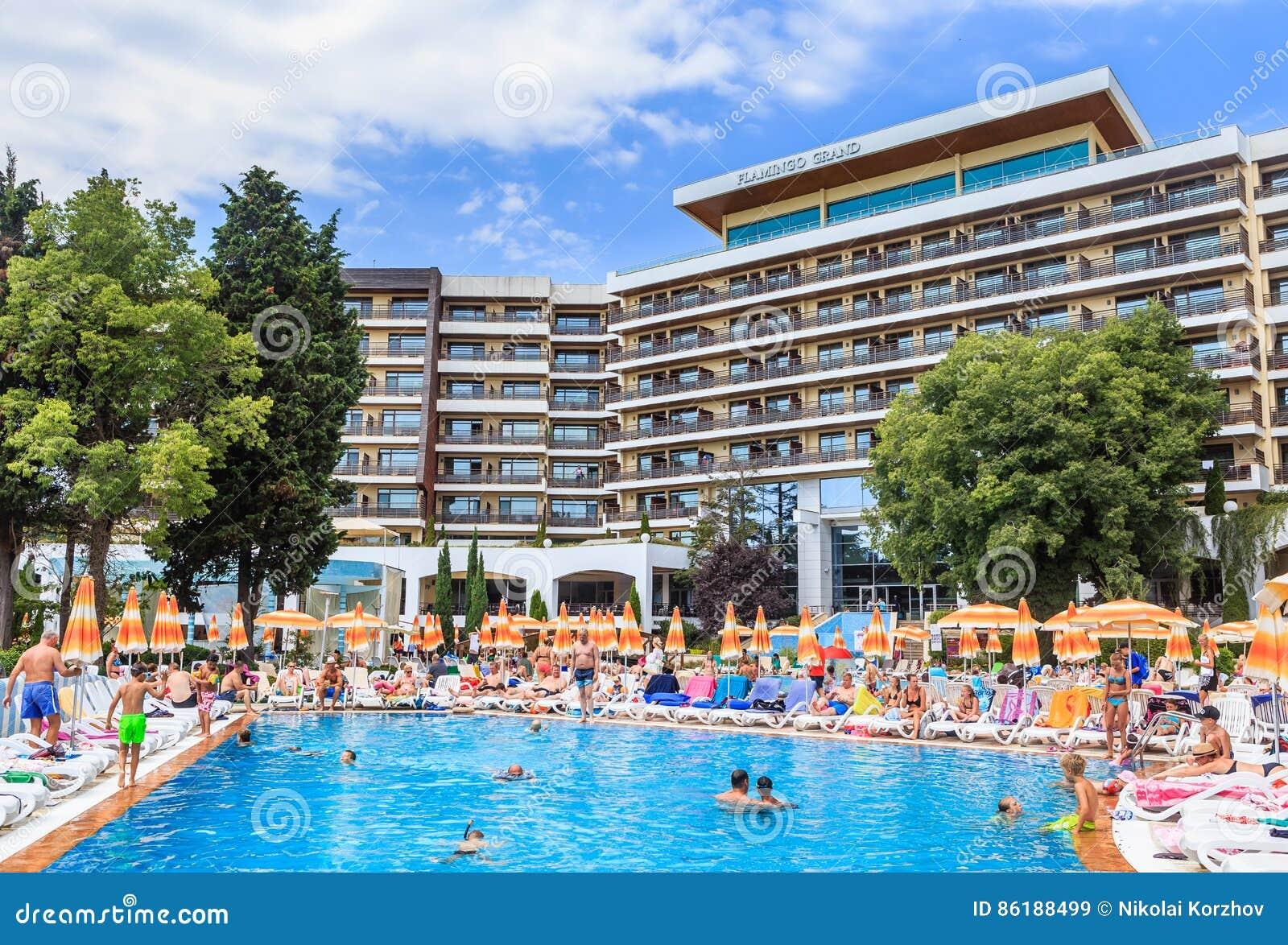 Hotel pool with people  Leute Schwimmen Im Pool Des Hotel Flamingo-großartigen Hotels Am ...