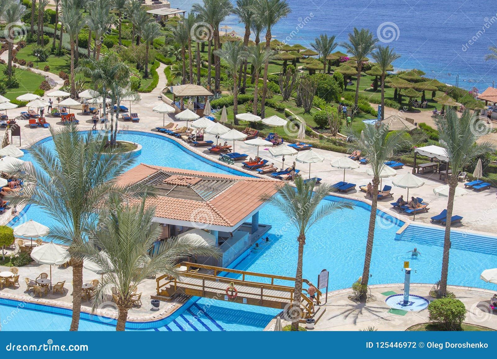 Leute stehen im Swimmingpool nahe Rotem Meer im Hotel, Sharm el Sheikh, Ägypten still
