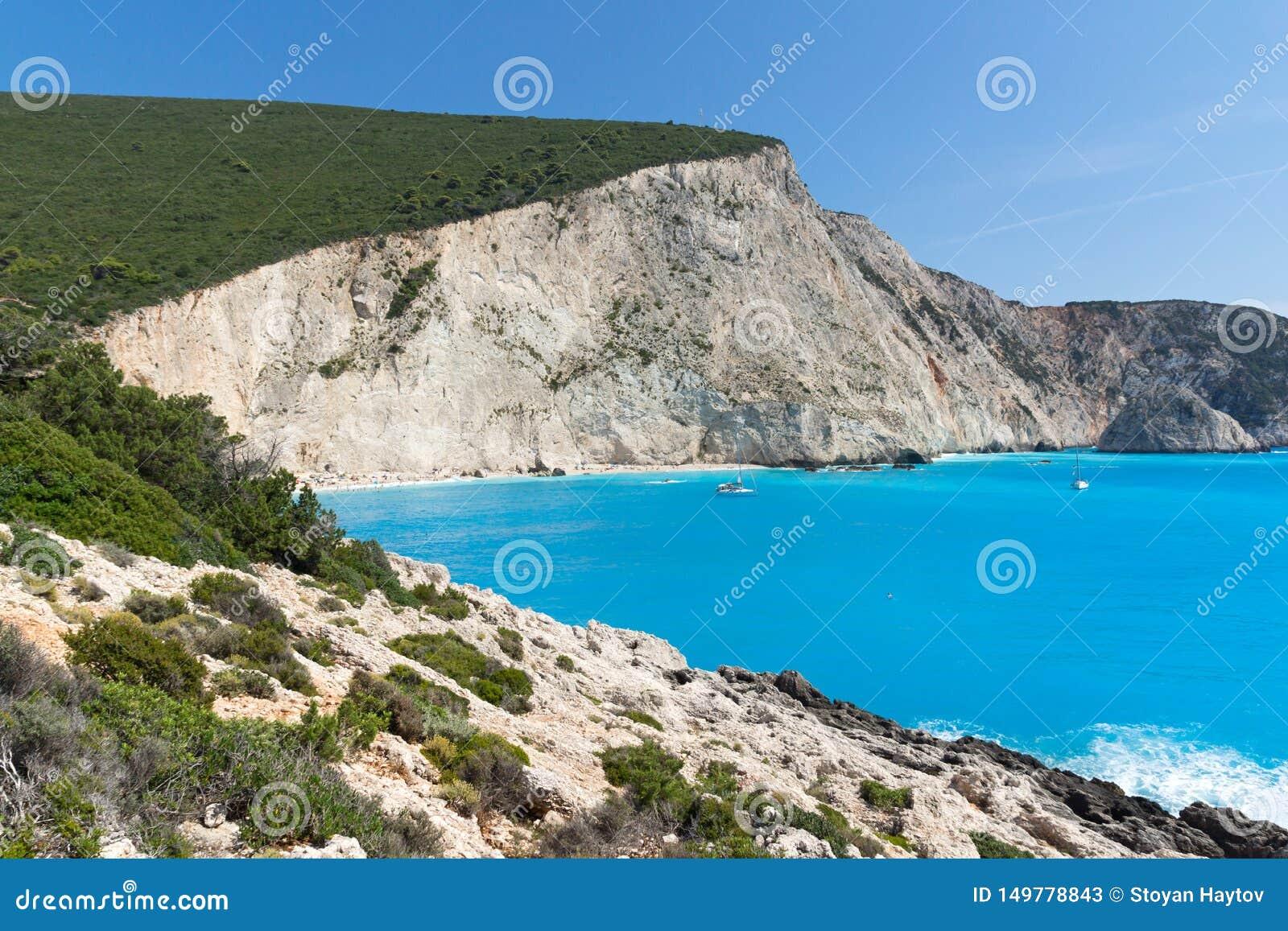 Leute und Yachten am blauen Wasser von Strand Porto Katsiki, Lefkas, ionischer Isl
