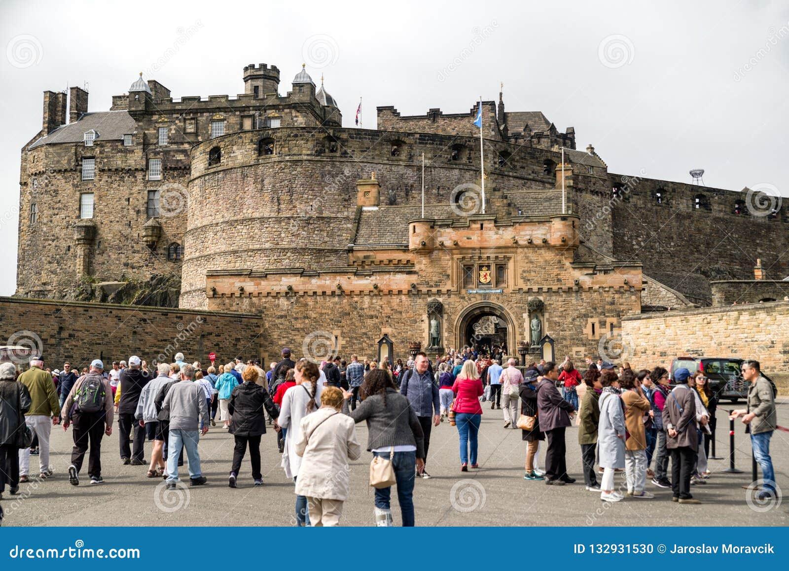 Leute Vor Edinburgh Schloss Schottland Redaktionelles Bild
