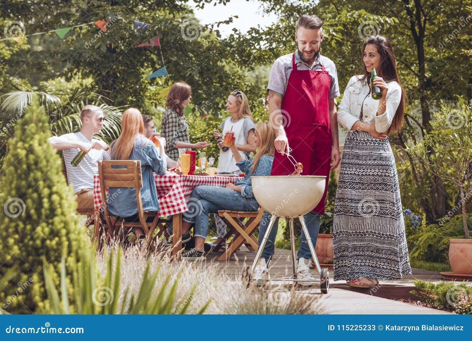Leute während des Grills im Hinterhof