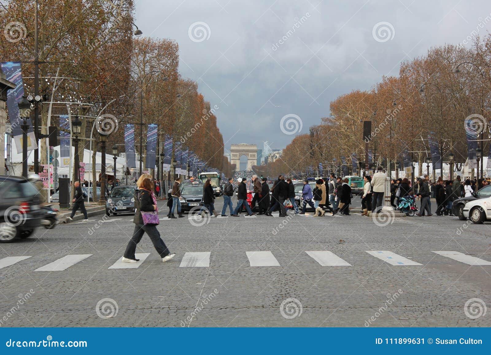 Leute, welche die Champions élysées in Paris, Frankreich kreuzen