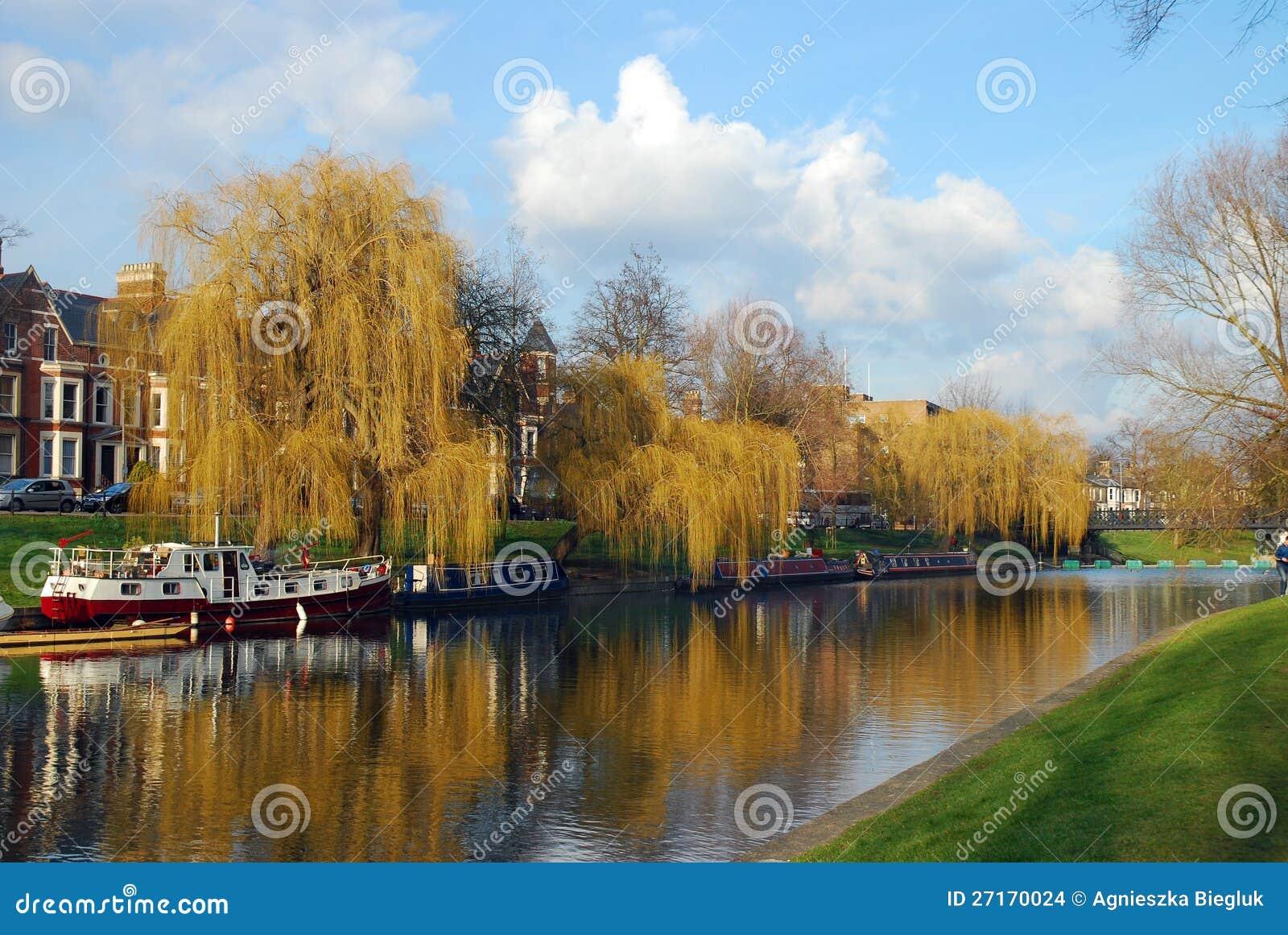 Leva del río en Cambridge, Reino Unido