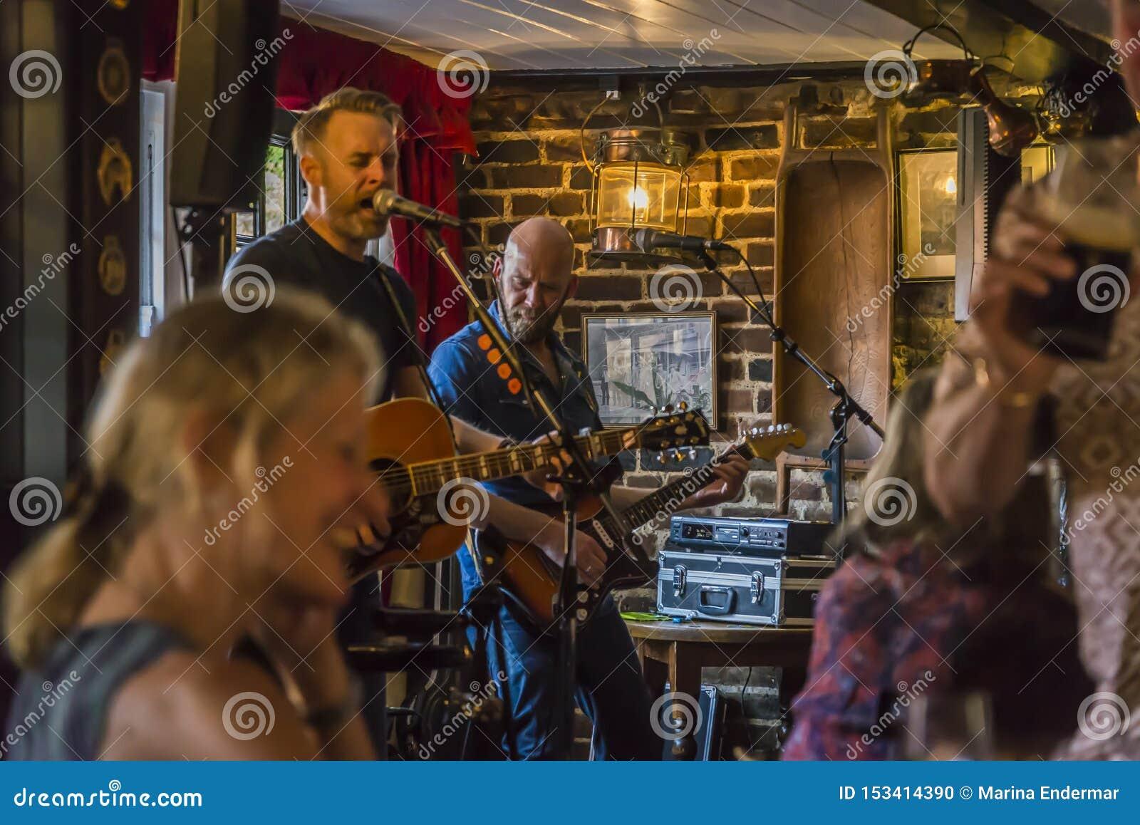Levande musik i en bar, Rochester, Kent, England, UK