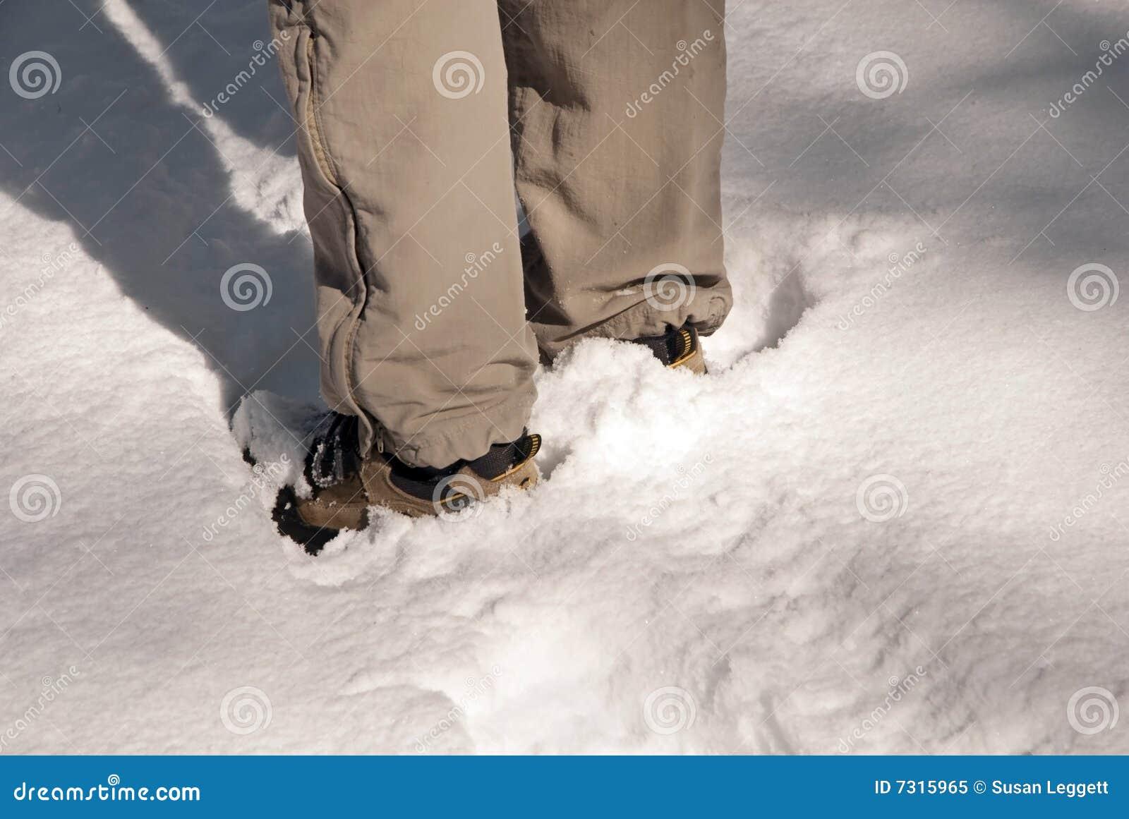 Levandosi in piedi nella neve