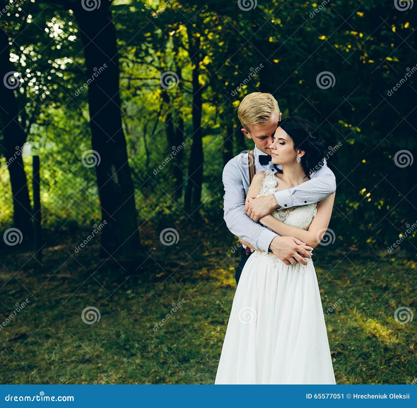 Levantamento bonito dos pares do casamento