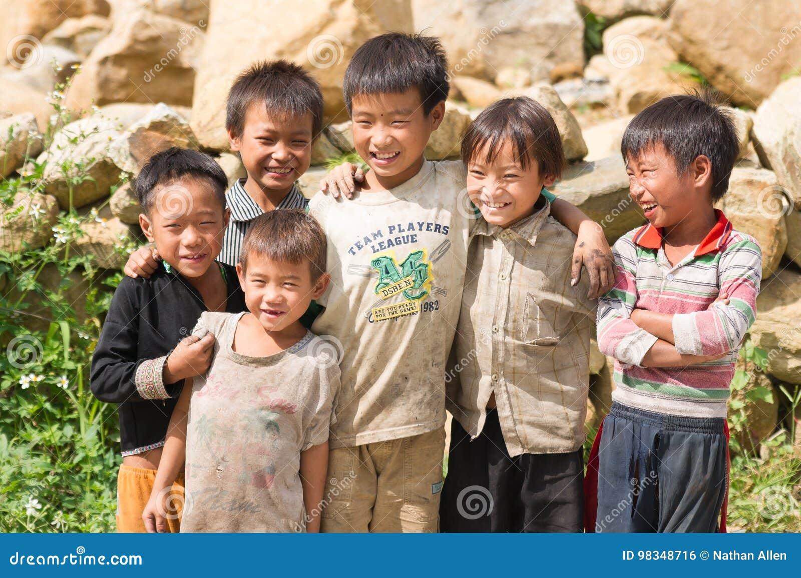 Levantando o grupo de meninos vietnamianos da vila
