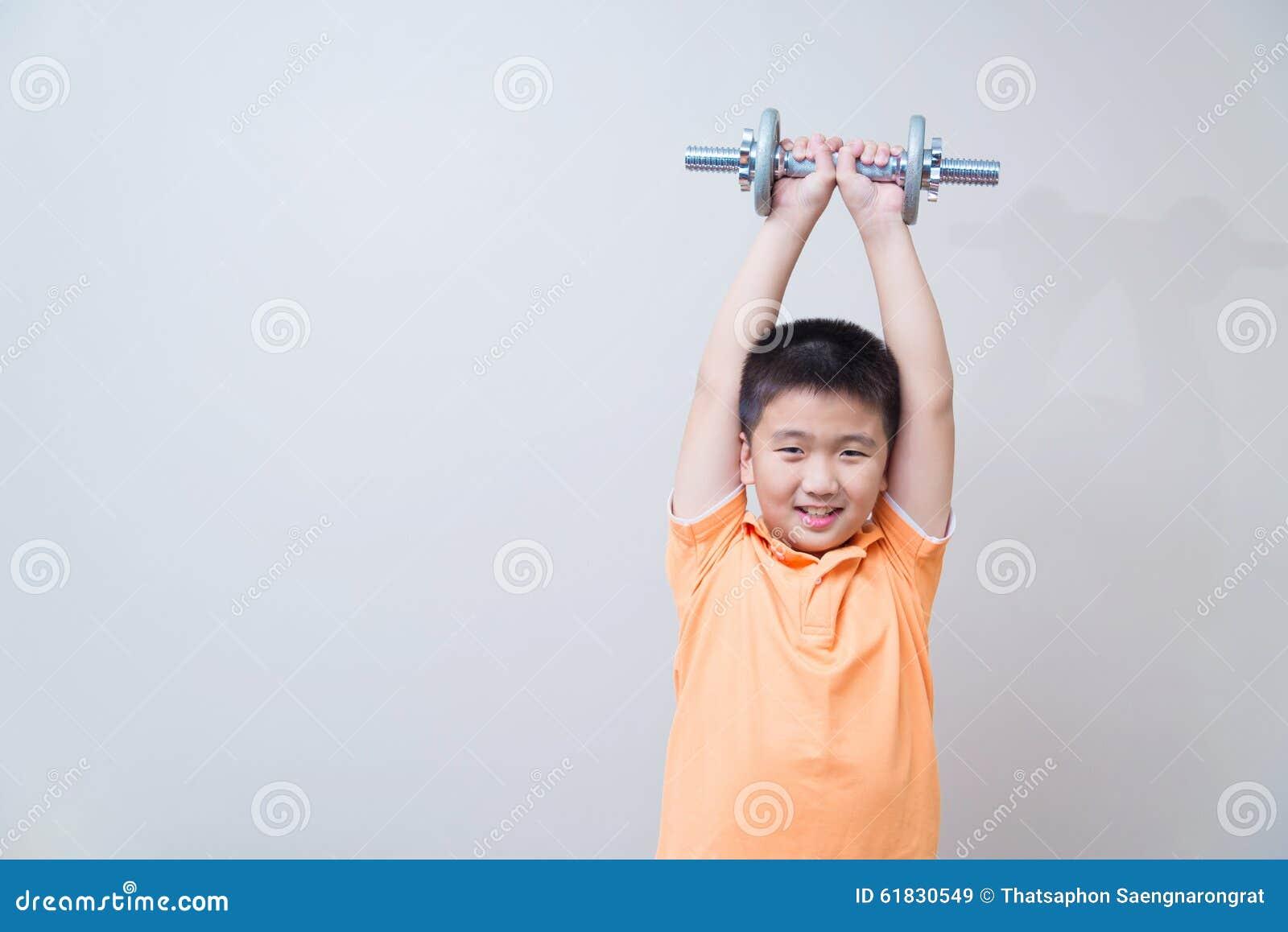 Levantar peso forte asiático do menino,