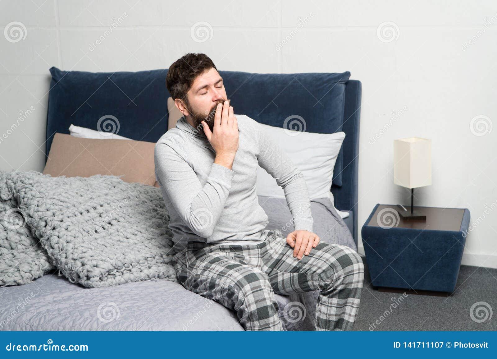 Levante-se cedo Pontas para acordar cedo Cara sonolento do moderno farpado do homem que acorda o interior do quarto Programação p