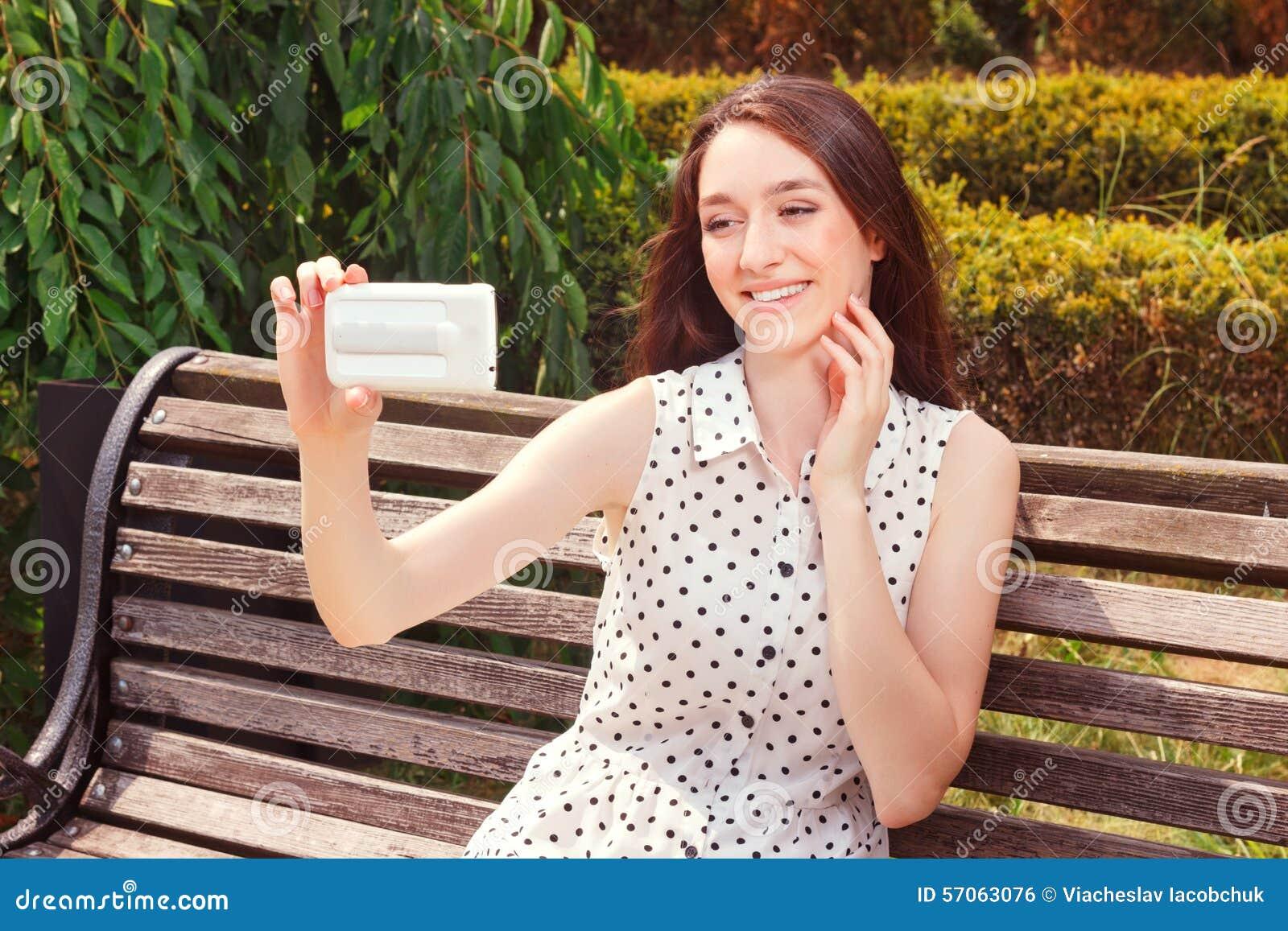 Levendig meisje die mobiele telefoon houden