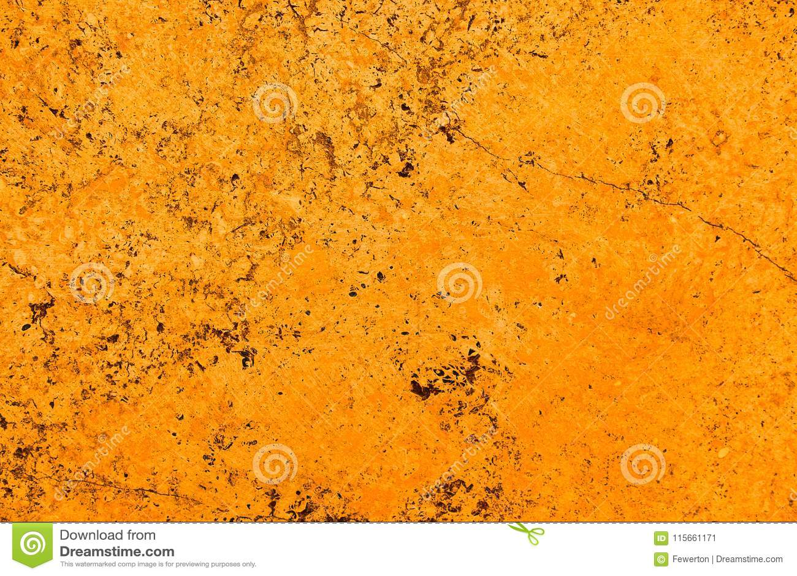 Levendige heldere oranje de steenmuur van de kleurenvoorgevel met onvolmaaktheden en barsten als lege rustieke en eenvoudige acht