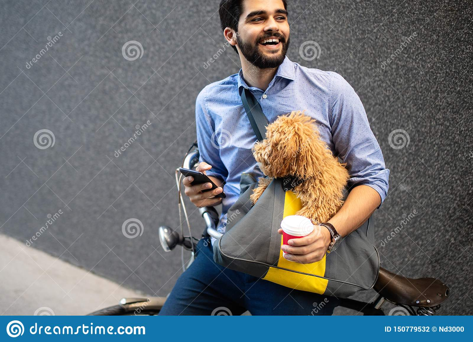 Levensstijl, vervoer, mededeling en mensenconcept Jonge mens met fiets en smartphone op stadsstraat