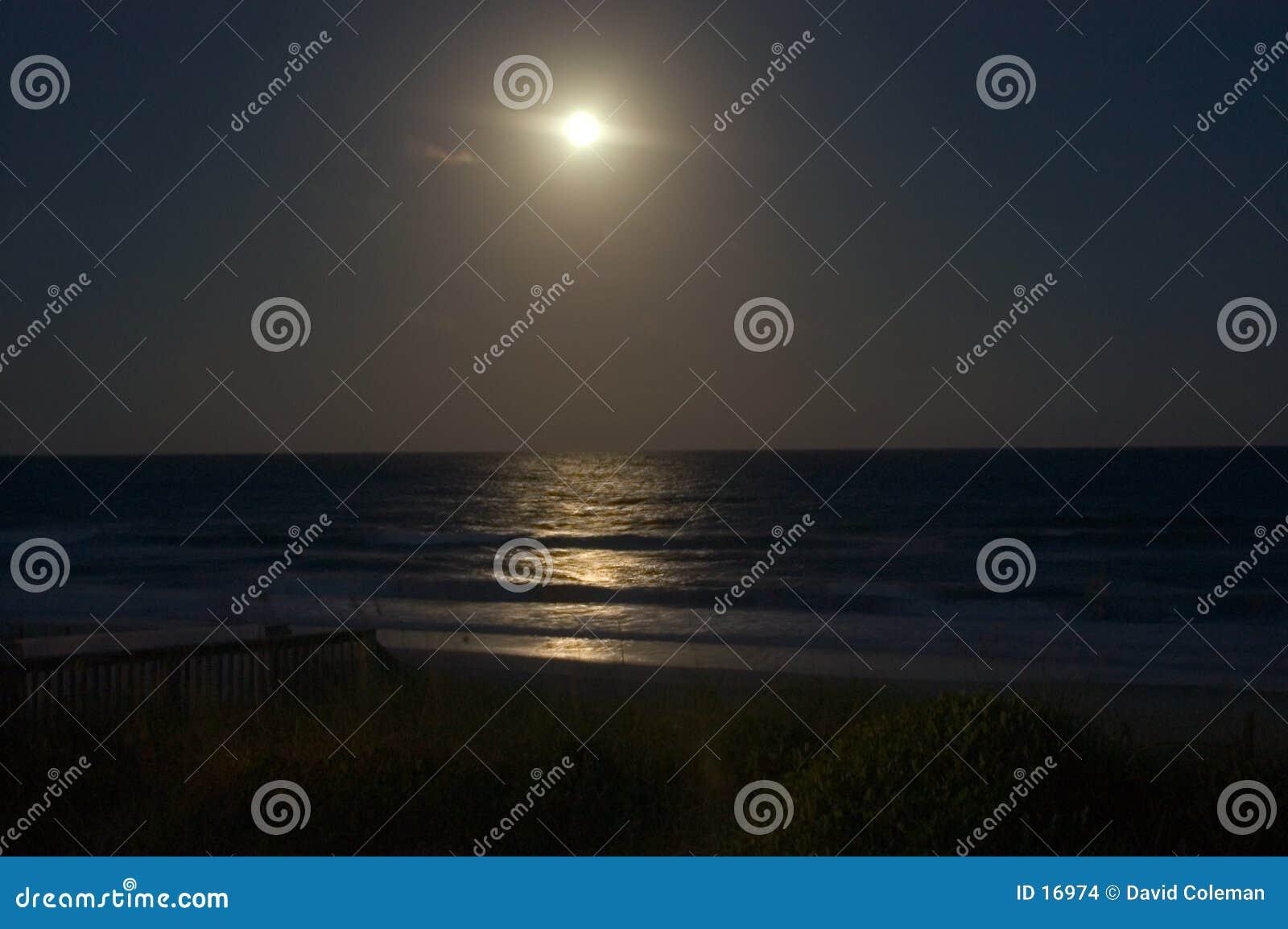 Lever de la lune au-dessus de l océan