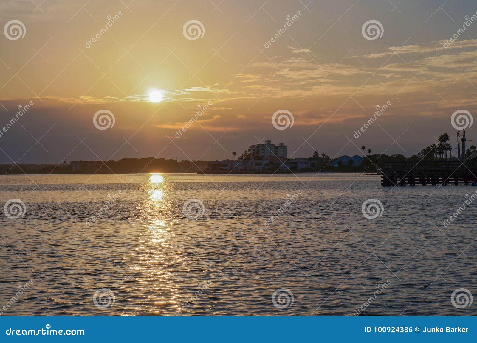 Lever de soleil à la chaussée de Dunedin, la Floride, Etats-Unis