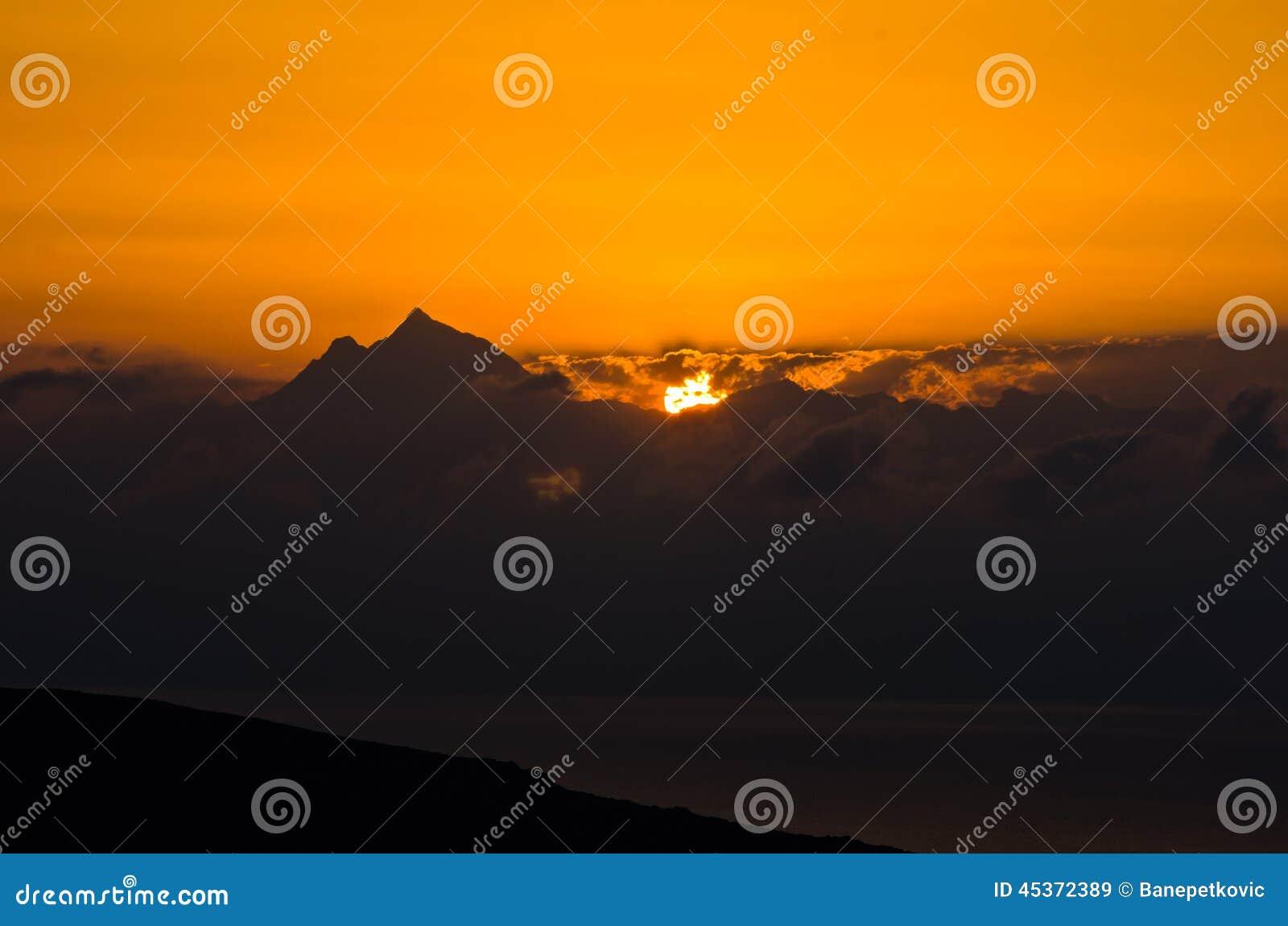 Lever de soleil à la montagne sainte Athos dans Chalkidiki