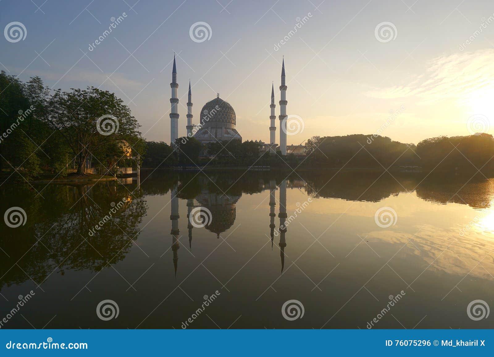Lever de soleil à la mosquée de tache floue