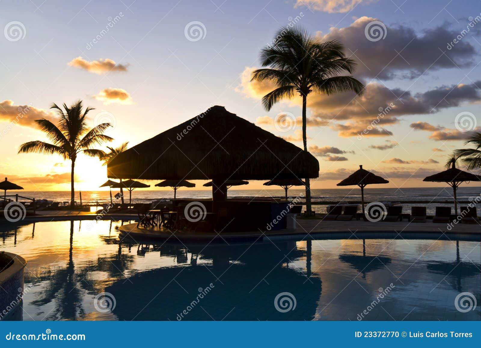 Lever de soleil à la piscine au Bahia - au Brésil.