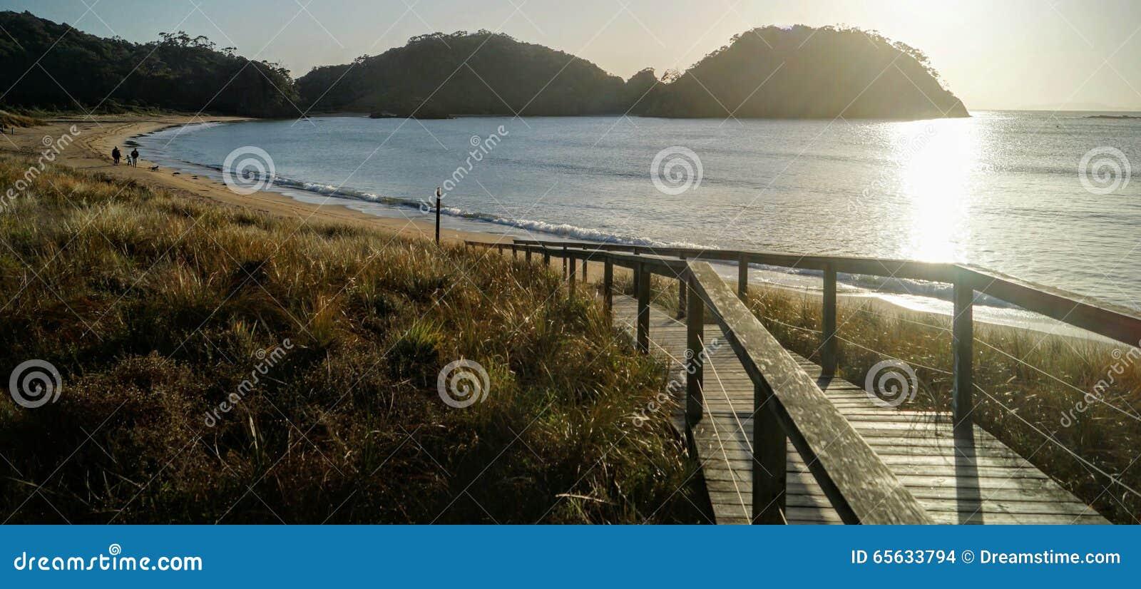 Lever de soleil à une plage au Nouvelle-Zélande