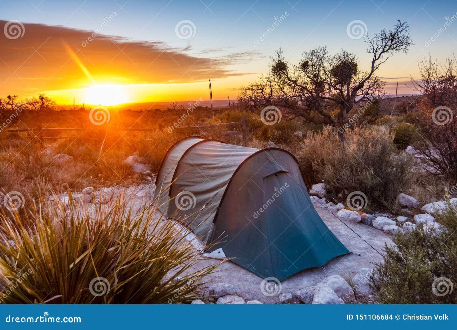 Lever de soleil après une nuit du camping
