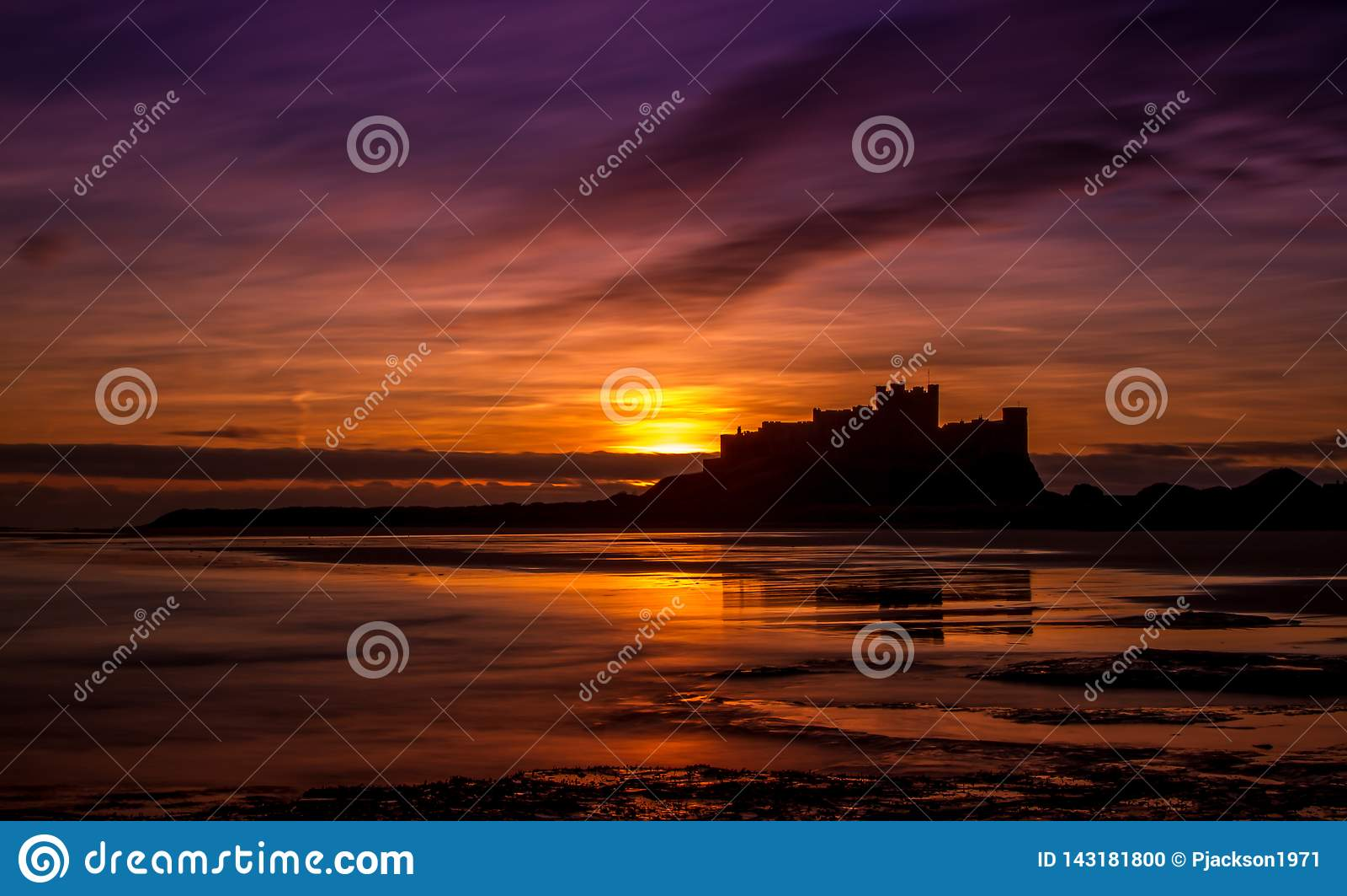 Lever de soleil au château de Bamburgh, le Northumberland