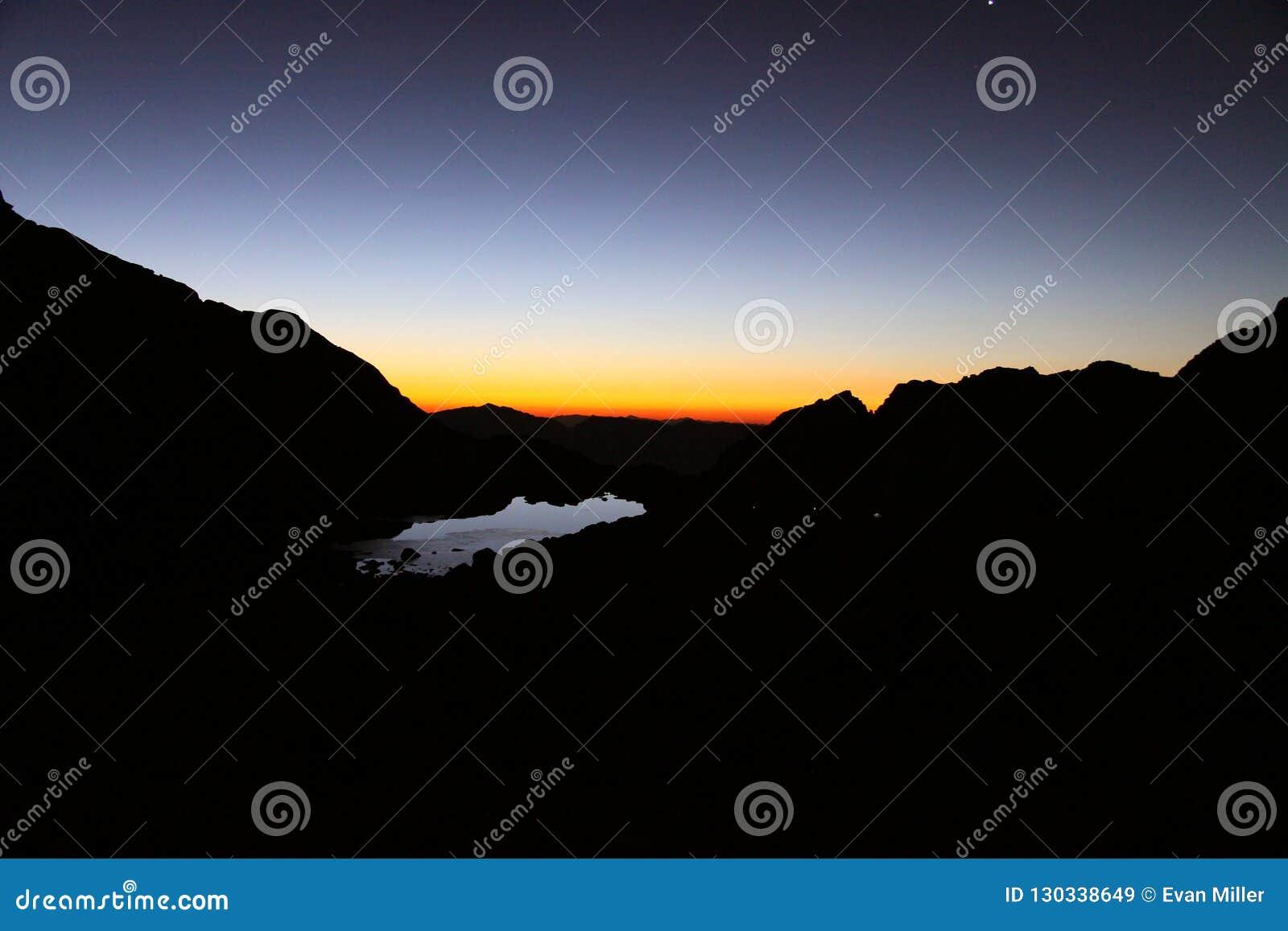 Lever de soleil au-dessus de camp de traînée, le Mont Whitney