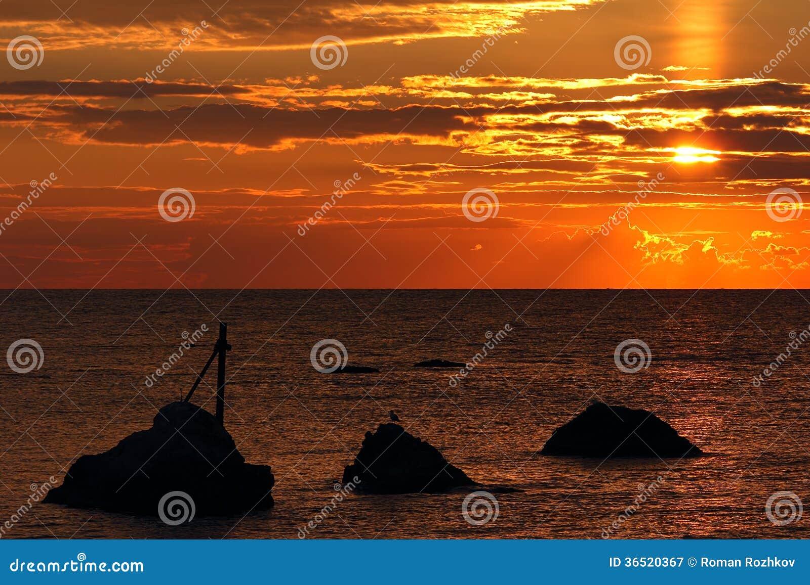 Lever de soleil au-dessus de la mer.