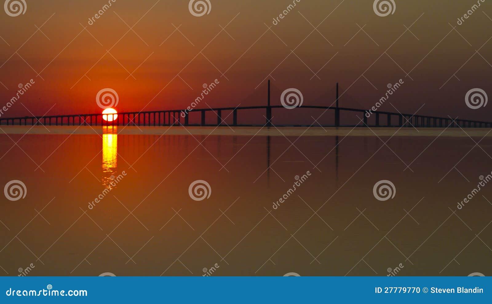 Lever de soleil au-dessus de la passerelle de Skyway