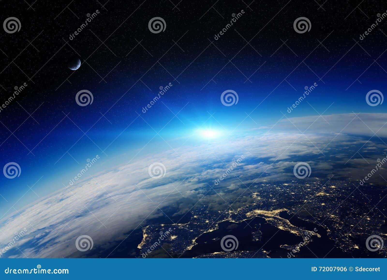 Lever de soleil au-dessus de la terre de planète dans l espace