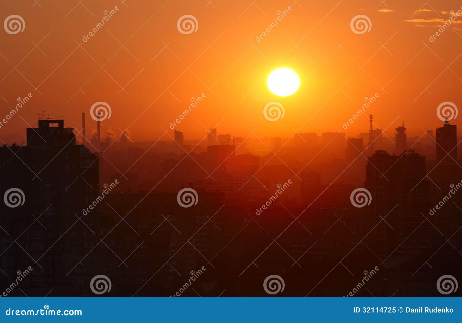 Lever de soleil au-dessus de la ville.