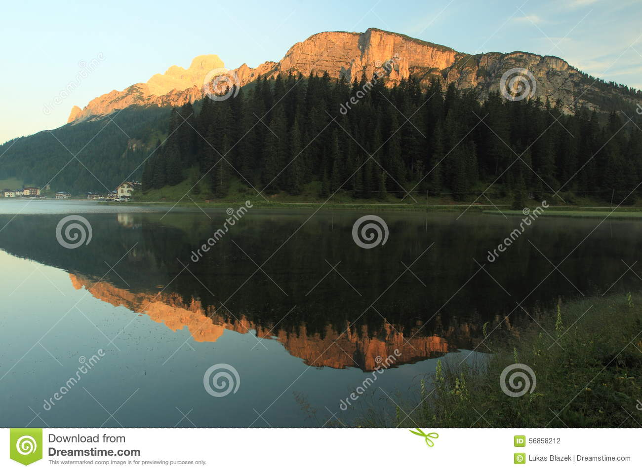 lever de soleil au dessus de lac misurina photo stock image 56858212. Black Bedroom Furniture Sets. Home Design Ideas